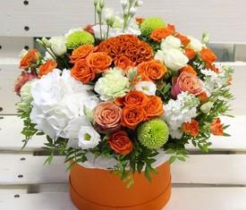 белые гортензии розы и лизиантусы в коробке