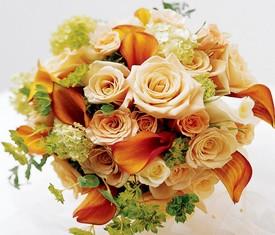 кустовые розы и каллы