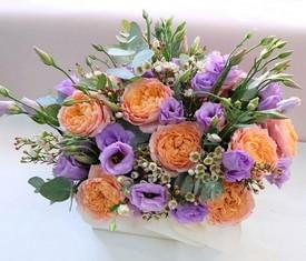кашпо из пионовидной розы и эустомы