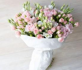букет из розовой эустомы и кустовых роз
