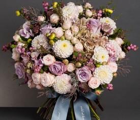 букет из белых георгинов и роз