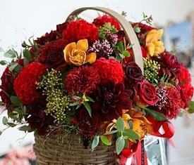 корзина из георгинов орхидей и розы