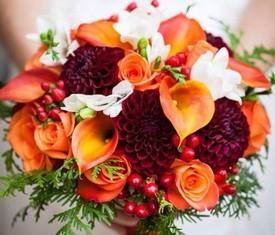 букет из георгинов , калл и роз