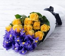 букет из синих ирисов и желтых роз