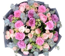 букет из ранункулюсов и роз Лютики