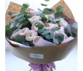 букет из 19 розовых ранункулюсов лютиков и эвкалипт купить