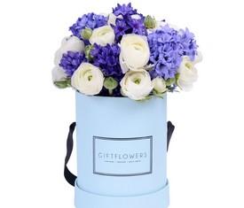синие гиацинты и белые лютики в шляпной коробке