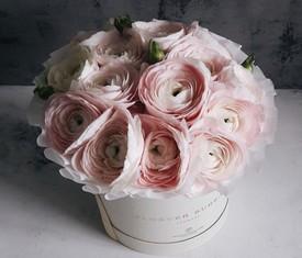 розовые ранункулюсы в шляпной коробке лютики