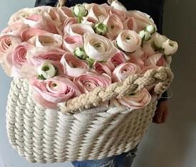 корзина из розовых ранункулюсов лютиков