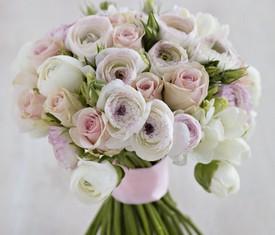красивый букет из белых ранункулюсов лютиков и розовых роз купить
