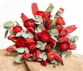 букет из красных ранункулюсов лютиков и красных тюльпанов