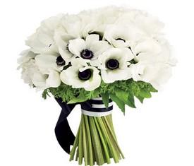 букет из 45 белых цветов анемонов маков