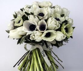 букет из белых цветов анемонов маков и белых тюльпанов