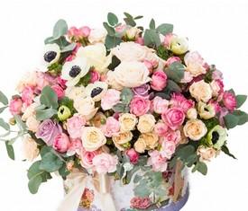 букет из цветов кустовых роз и анемонов маков