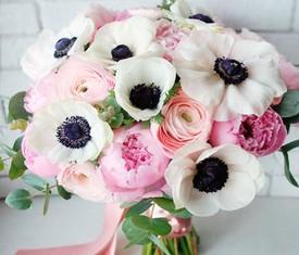букет из цветов ранункулюсов, анемонов маков и пионов