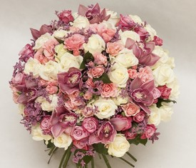 букет из цветов розовой орхидеи и розы