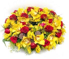 корзина из орхидеи, мимозы и розы купить мимозу с доставкой