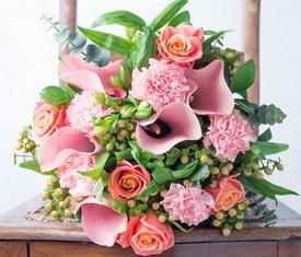 букет из каллы, роз и гиперикума