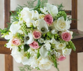 букет из калл, роз и орнитогалума
