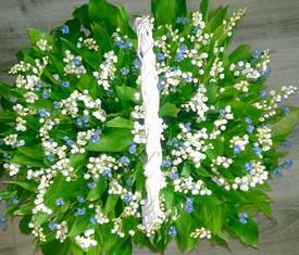 корзина из 51 цветка ландыша и 30 цветов незабудки