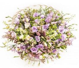 корзина из цветов фрезии и эустомы лизиантусов
