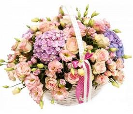корзина из цветов эустомы и гортензии