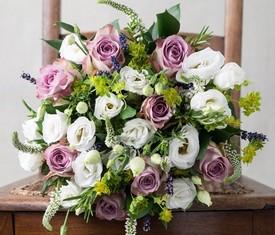 букет из цветов эустома, розы и вероника