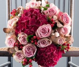 цветы гортензии, розы и гиперикум