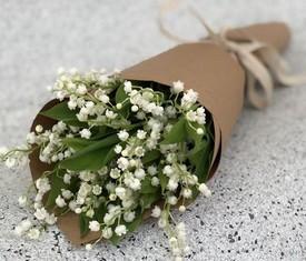 букет из 25 цветов ландышей в крафте