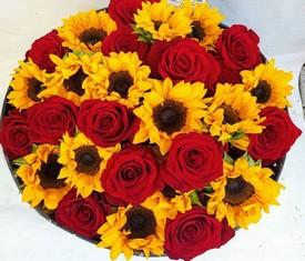 подсолнухи и розы в шляпной коробке