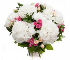 букет из цветов белых гортензий и кустовых роз