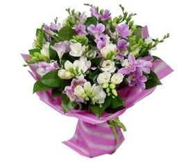 букет из цветов белой и лиловой фрезии