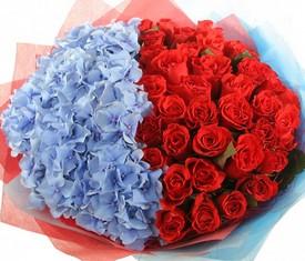 букет из цветов гортензии и алых роз