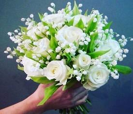букет из цветов ландышей и роз