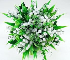 букет из 25 цветов ландышей и зелени