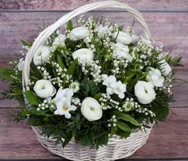 корзина из цветов ландышей, фрезий и ранункулюсов