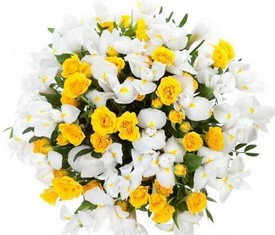 букет из цветов белых ирисов и кустовых роз