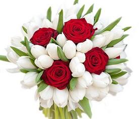 букет из цветов белых тюльпанов и розы