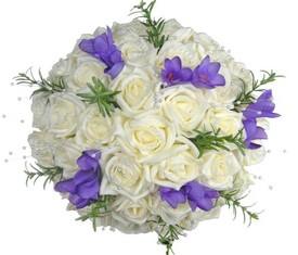 букет из цветов лиловой фрезии и белых роз