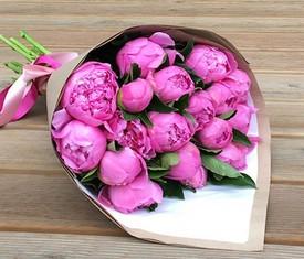 букет из 15 цветков розовых пионов