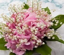 букет из 25 цветов ландыша и цветов розовой гортензии