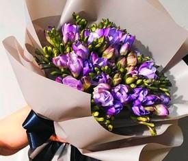 букет из 45 цветков лиловой фрезии
