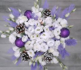новогодняя композиция из эустомы, тюльпанов, хлопка и шишки