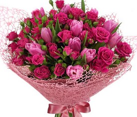 букет из цветов розовых тюльпанов и розовых кустовых роз