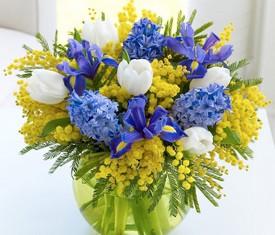 композиция из мимозы, гиацинтов и тюльпанов