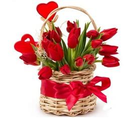 корзина из 15 тюльпанов подарочная