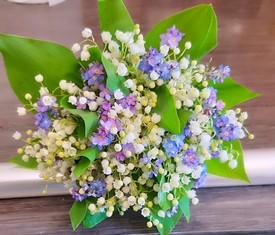 букет из 25 цветов ландышей и 10 цветов незабудок