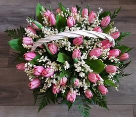корзина из цветов ландышей и розовых тюльпанов