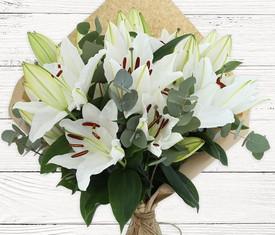 цветы белой лилии и эвкалипт