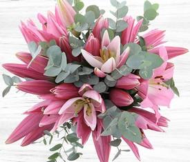 цветы розовой лилии и эвкалипт